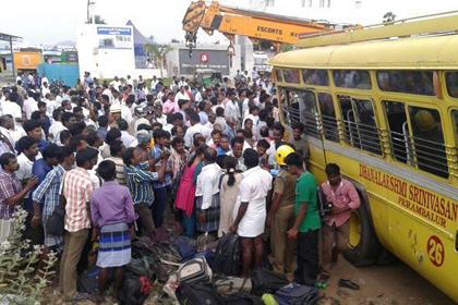 Автобус с 50 школьниками перевернулся в Индии