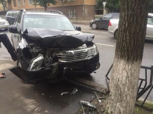 Водитель иномарки снес ограждение на улице Фрунзе