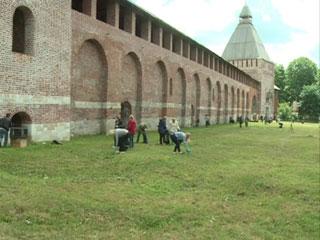 Смоляне устроили «генеральную уборку» возле крепостной стены