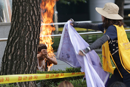 Мужчина поджег себя перед посольством Японии в Сеуле