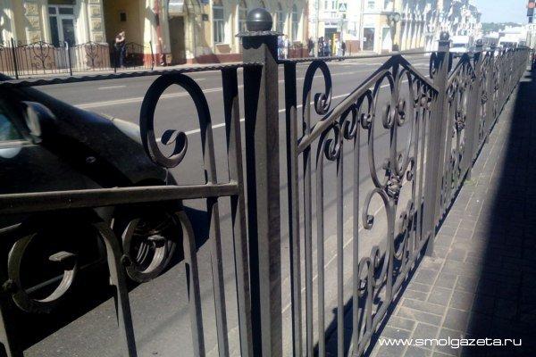 В Смоленске на Большой Советской ремонтируют пешеходные ограждения