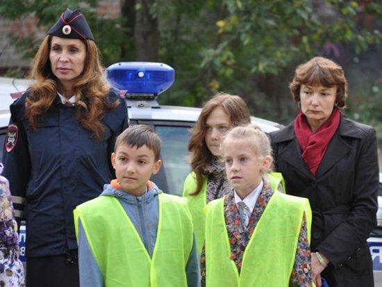 Полицейских поставили возле школ переводить первоклашек через дорогу