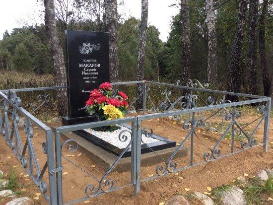 Разбитый вандалами памятник герою войны восстановили полицейские