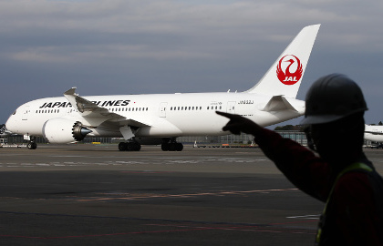 Летевший в Японию пассажирский самолет аварийно сел из-за отвалившейся детали