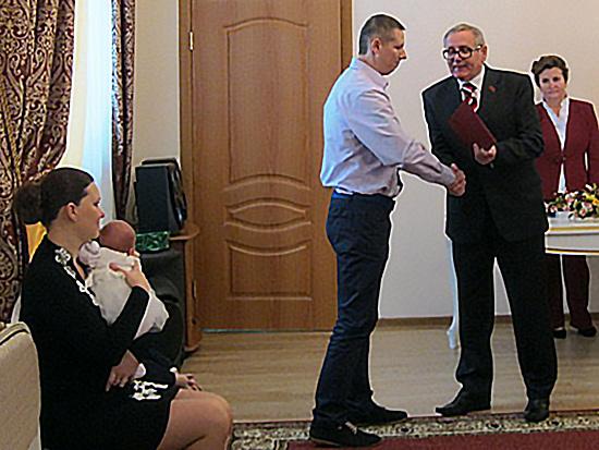 Обновленный угранский ЗАГС встретил смоленского вице-губернатора