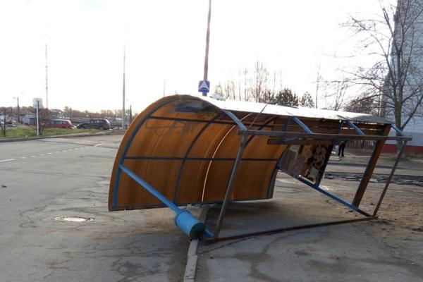 В Смоленске на Киселёвке ветром сдуло остановку