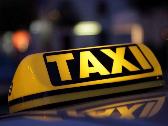 Не поделившие место на стоянке таксисты подрались и разбили машину