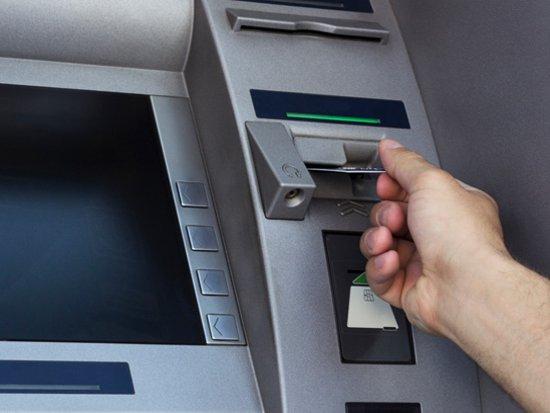 Аферист дважды обманным путем снял деньги с карточки слепого знакомого
