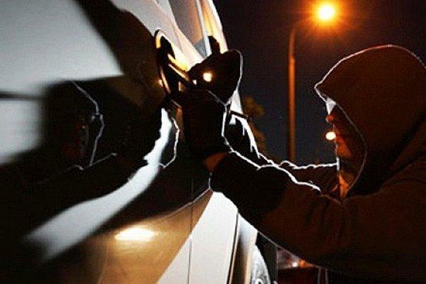 В Смоленске пенсионер задержан за кражу из автомобиля
