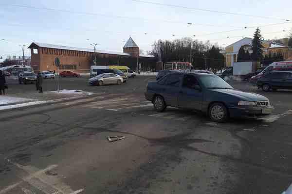 В Смоленске на площади Победы столкнулись две иномарки