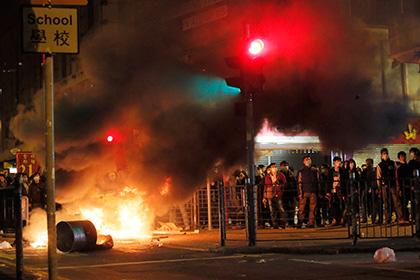 Жители Гонконга подрались с полицией из-за незаконных ларьков