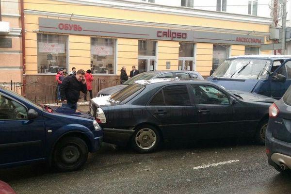 В Смоленске на Большой Советской микроавтобус, выехав на встречную полосу, устроил серьезное ДТП с участием нескольких машин