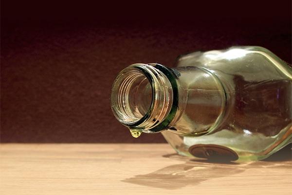 Семья смоленских пенсионеров торговала поддельным алкоголем