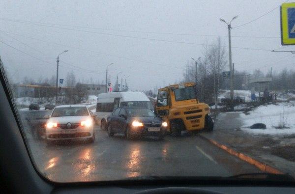 В Смоленске трактор, маршрутка и иномарка создали затор на Королёвке