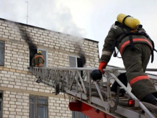 Из полыхавшей на улице Шевченко многоэтажки вытащили женщину и ребенка