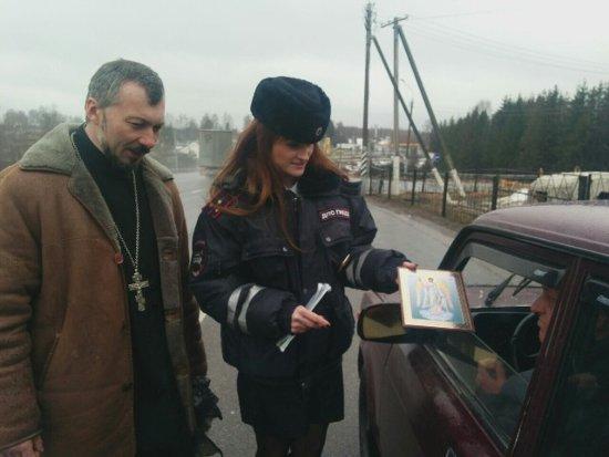 Под Смоленском священник вышел в рейд с гаишниками
