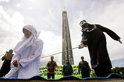 В Индонезии 18 человек побили палками за нарушение законов шариата