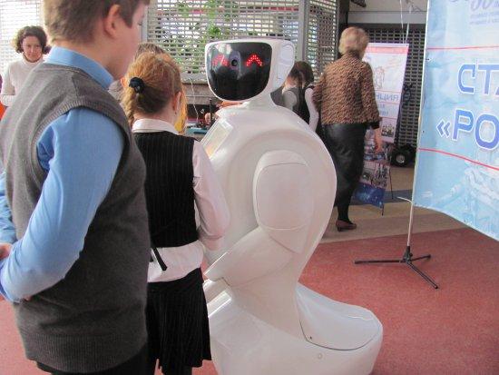 Гости «Губернского» разговаривали и танцевали с роботами