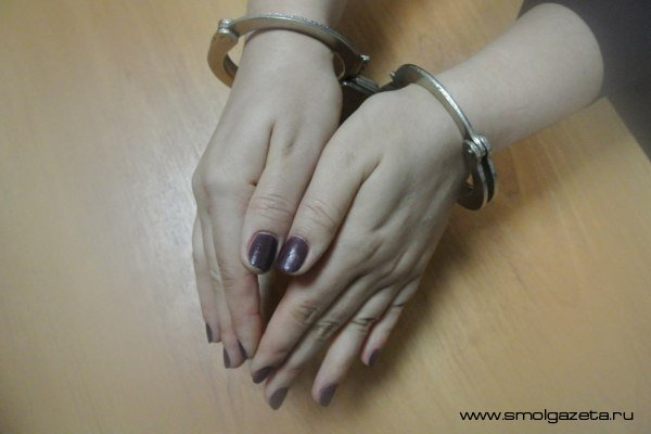 В Смоленской области две женщины избили и ограбили пенсионера в его же квартире