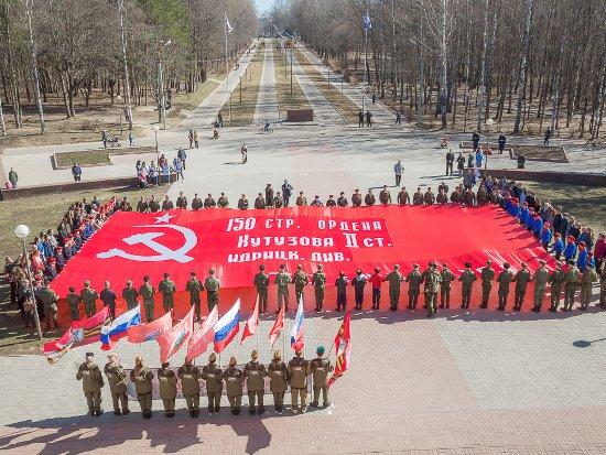 Смоленск обрел масштабную копию Знамени Победы