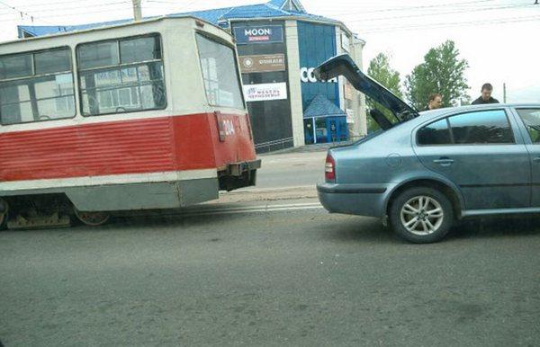 В Смоленске трамвай сошел с рельсов и разбил две легковушки