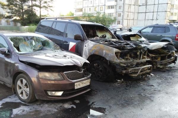 В Смоленске на улице Николаева ночью сгорели три машины