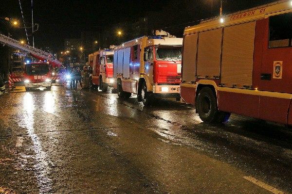 В Смоленской области с третьего этажа горящего дома пожарные эвакуировали 10 человек