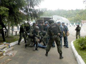 Смоленские тюремщики учились освобождать заложника