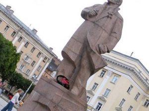 Памятник Ленину предлагают перенести к офису КПРФ