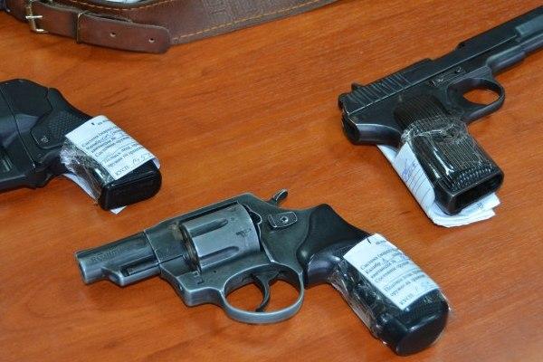 В Смоленске хулиган ночью стрелял из пистолета по прохожим