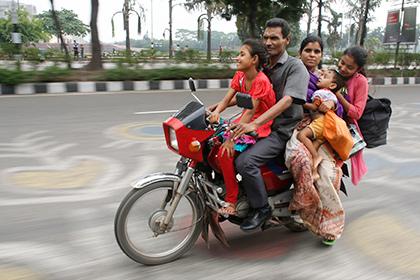 В Бангладеш из-за исламистов запретили езду на мотоцикле втроем