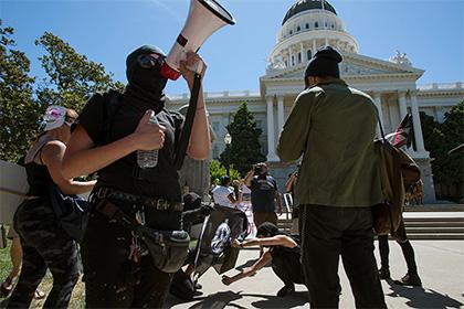 В Калифорнии разогнали демонстрацию неонацистов