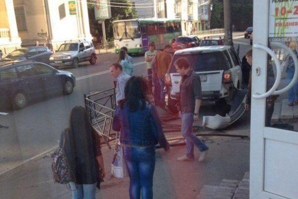 В Смоленске на улице Дзержинского внедорожник снес перила дорожного ограждения
