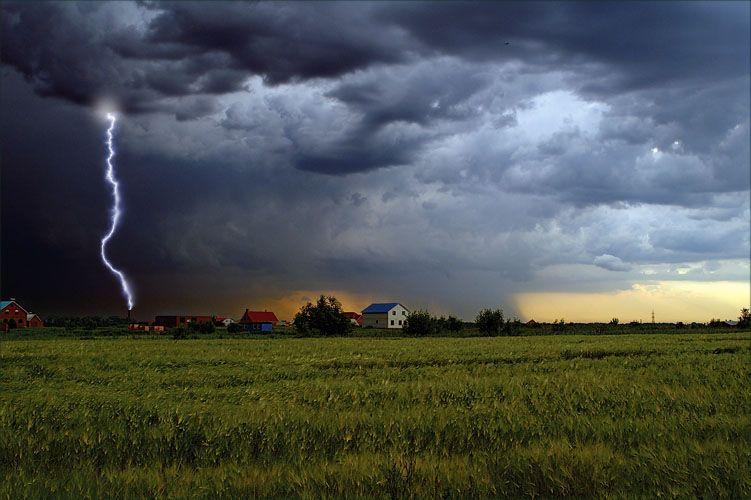 В Смоленской области после удара молнии сгорел дом