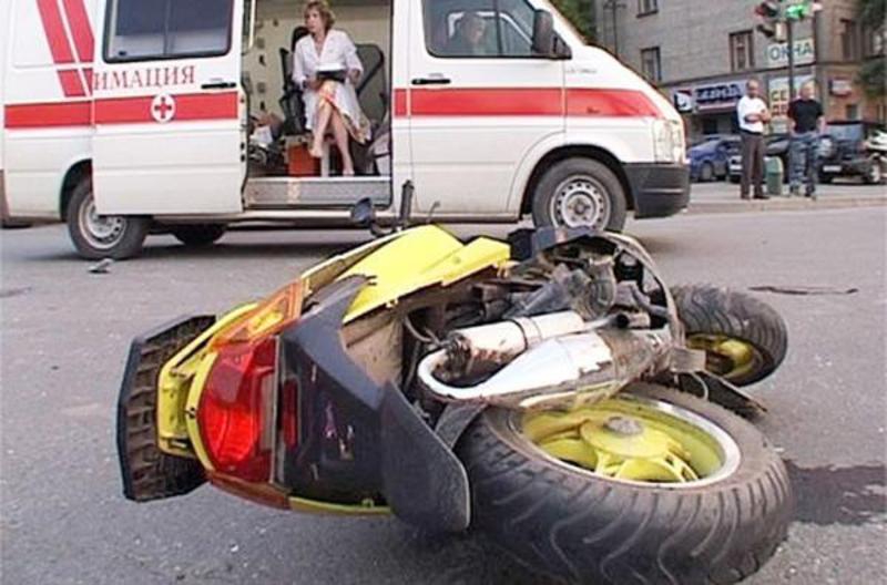 В Духовщине 17-летний водитель скутера въехал в опору ЛЭП
