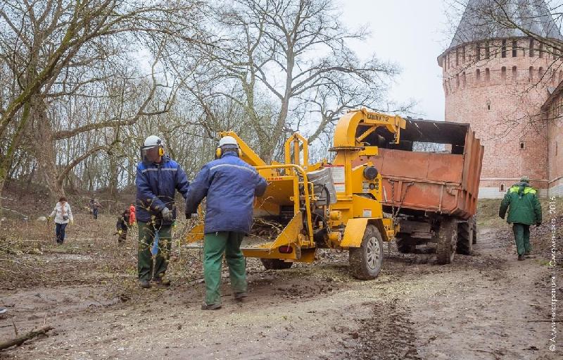Губернатор Островский лично проверит, как убирается территория у Смоленской крепостной стены