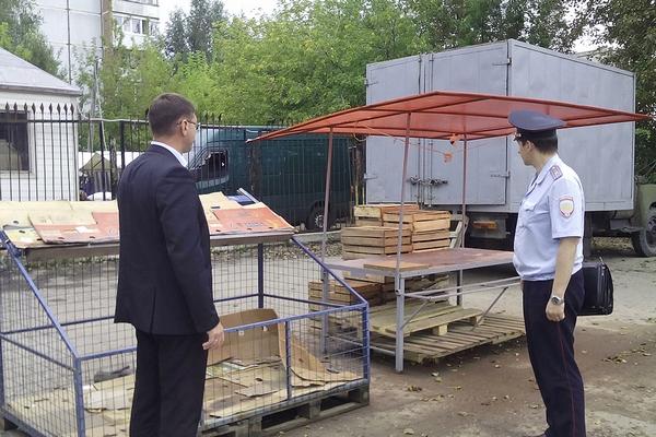 На улице Нахимова в Смоленске снесли две незаконно установленные торговые точки
