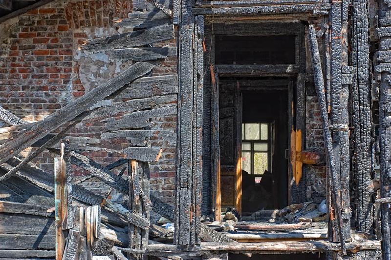 В Смоленской области пожарные при разборке завалов обнаружили тело мужчины