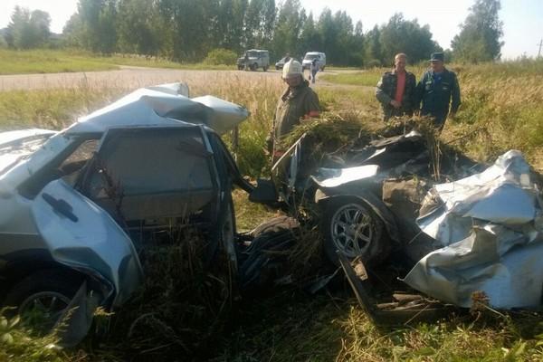 Два человека госпитализированы в тяжелом состоянии в результате ДТП с лесовозом