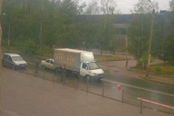 В Смоленске легковушка застряла под грузовиком