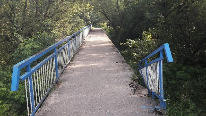 В Колодне вандалы разрушили перила моста
