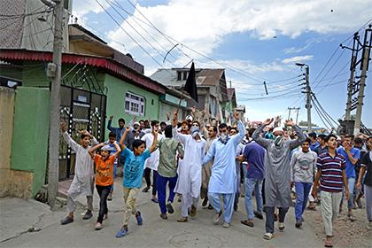 Число жертв столкновений в Индии достигло 65 человек