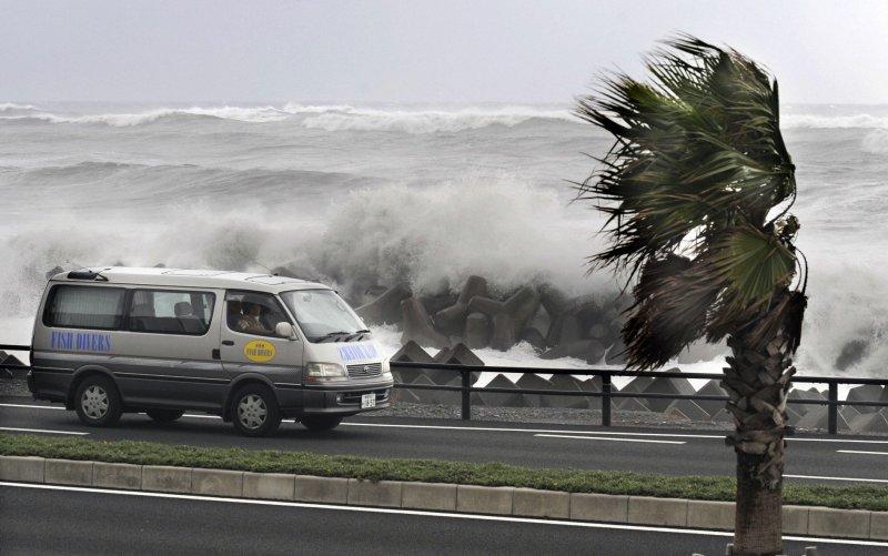 Мощный тайфун обрушился на Японию