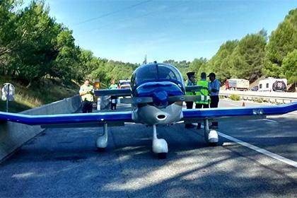 Во Франции самолет совершил вынужденную посадку на шоссе