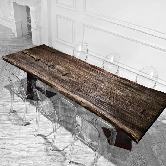 Стол из тика сделает любую веранду красивой и практичной
