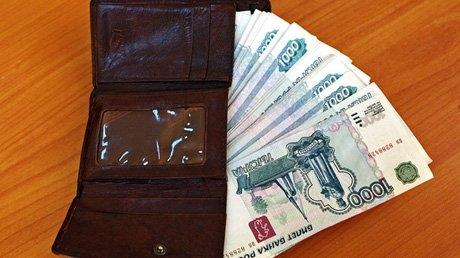 В Смоленске таксист украл у пассажира 90 тысяч рублей