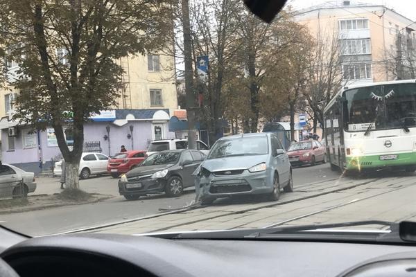В Смоленске столкнувшиеся иномарки перекрыли движение