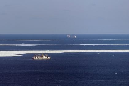 В Тихом океане загорелся траулер с 52 пассажирами