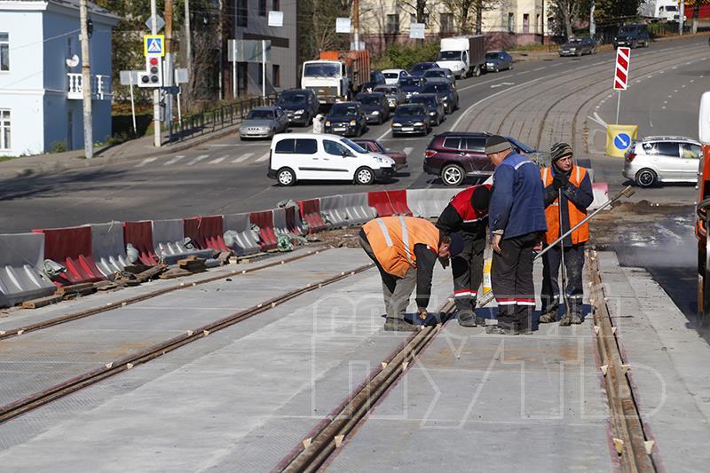 В Смоленске на Пятницком путепроводе начали устанавливать стрелки