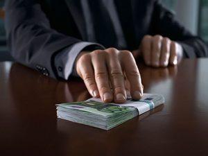 В Смоленске бывшего судебного пристава-исполнителя осудили на 500 тысяч рублей за взятку